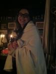 Per quel che si può vedere, una delle organizzatrici infreddolita ricorre ad una coperta