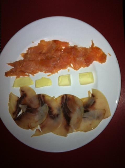Salmone e pesce spada crudi, burro salato e dolce, diversi tipi di pane fra cui uno fatto da Virginia