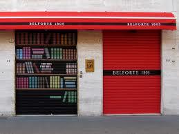 La storica libreria Belforte a Livorno. Ha un suo stile anche chiusa.