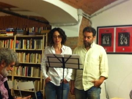 due bravi attori di cui non so il nome leggono dei brani da Diario di spezie di Massimo Donati