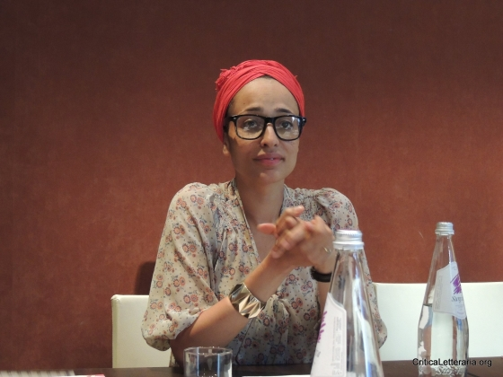 Zadie Smith a Roma mentre parla con i blogger