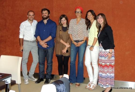 una foto di gruppo di Zadie Smith con i blogger
