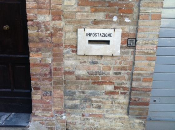 La cassetta della posta... di quanto tempo fa? Almeno cent'anni, penso. Ci sarà ancora qualcuno che la usa, invece di consegnare la busta al vicino ufficio postale?