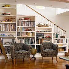 Una bella libreria di una bella casa dove sarebbe bello fermarsi a leggere