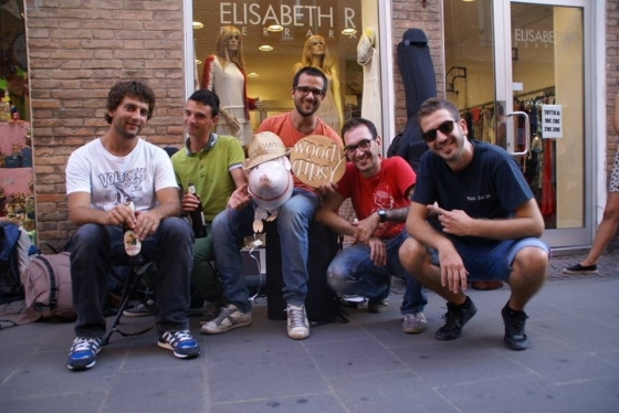 La Woody Gipsy Band con un maiale portafortuna