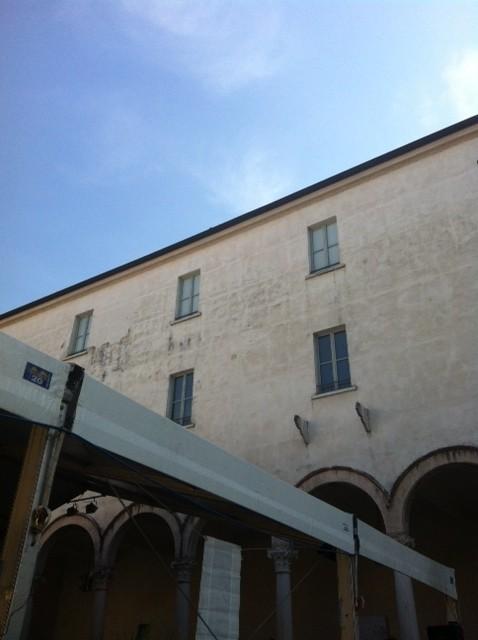 Un'immagine di Mantova con un tendone per gli eventi di Festivaletteratura