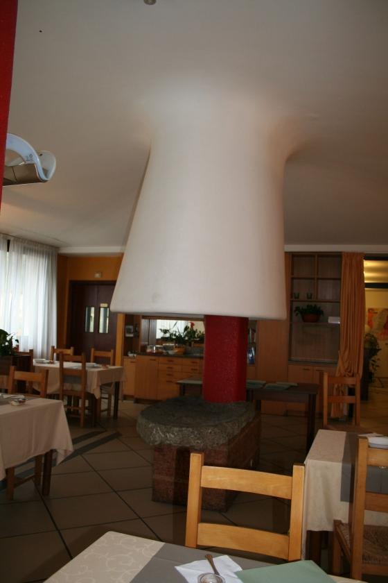 Il grande camino dell'hotel, in stile Frank Lloyd Wright. Tutto l'hotel lo era, ma quasi tutto si è perso nelle successive modifiche