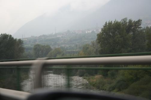 Un paesaggio dall'auto, nel viaggio di andata. Nebbie e panorami intravisti, molto suggestivi. Foto di Virginia (io guidavo...)