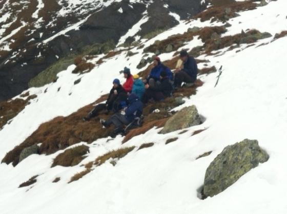 E qui c'è un allegro gruppetto che fa un picnic nella neve