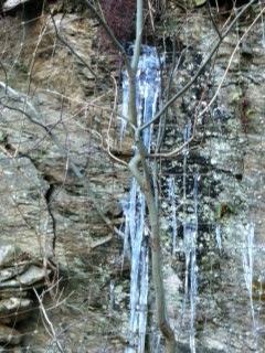 una cascatella ghiacciata
